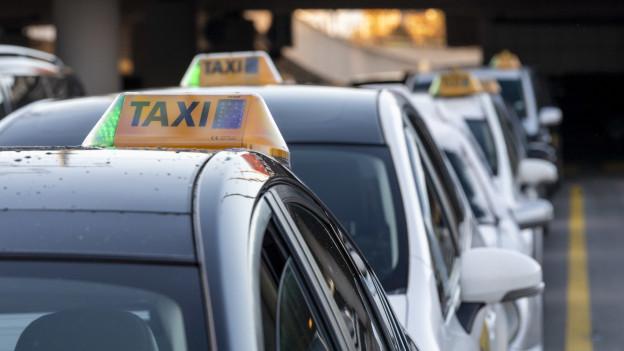 Taxis in einer Schlange, die auf Kundschaft warten