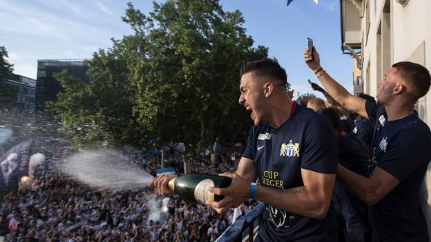 Der Sieg muss gefeiert werden. Die FCZ Spieler präsentieren sich auf dem Balkon des Zürcher Volkshauses.