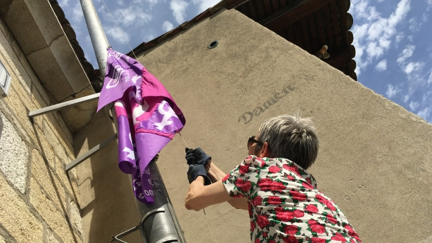 Munotwächterin Carola Lüthi hisst die Frauenstreikfahne