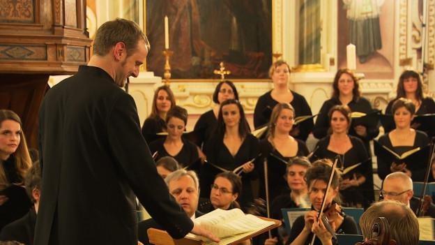 Clau Scherrer dirigia il chor cantus firmus surselva.