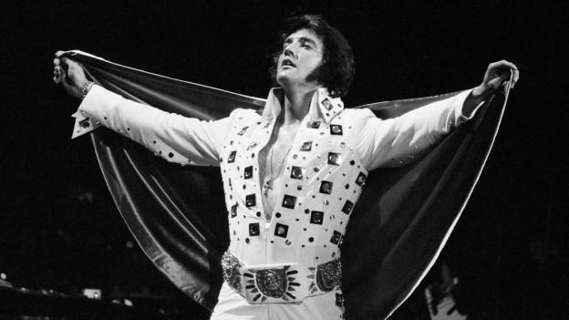 Elvis Presley durant in concert l'onn 1972.
