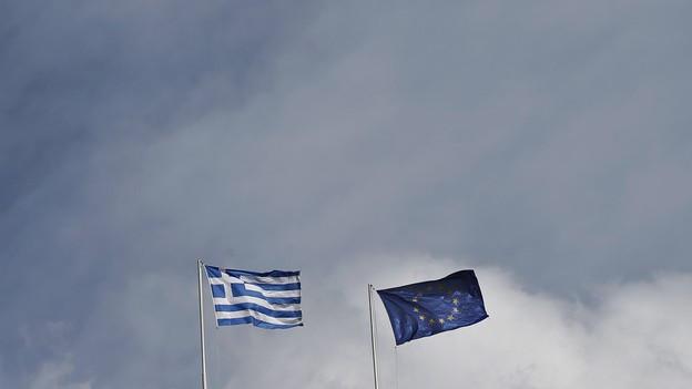 Bandiras da la Grezia e da l'UE.