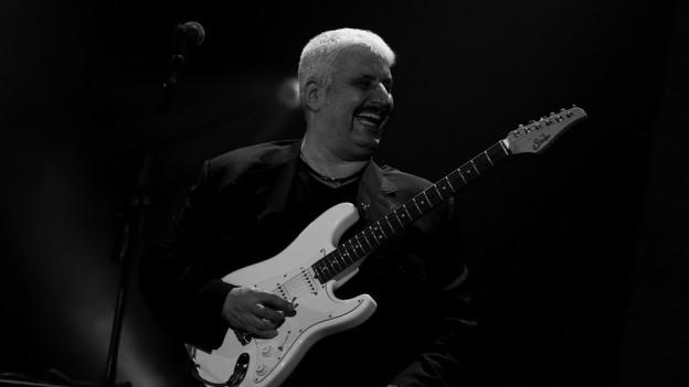 Pino Daniele cun ina ghitarra enta maun durant in concert il 2010.