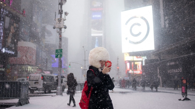 Persunas sin il Times Square a New York. I naiva ferm.