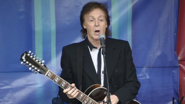 Paul McCartney cun ina ghitarra enta maun vi dal chantar.