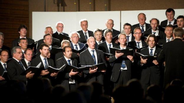 Ina part dal Chor viril Lumnezia cun il dirigent Clau Scherrer.