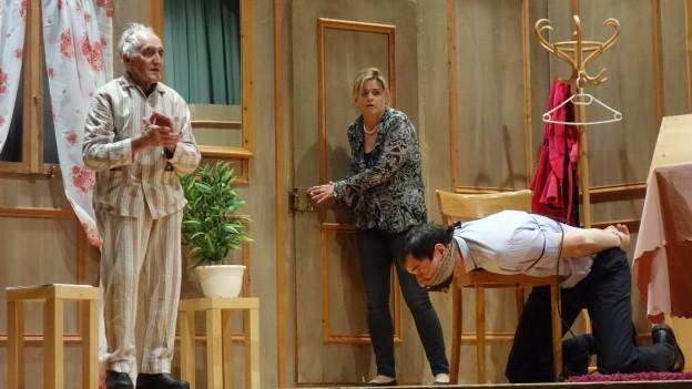 Trais persunas sin tribuna da teater: Da sanester: Tona Carisch, Sibylla Demarmels e Mirco Uffer en il toc tgi è nar?