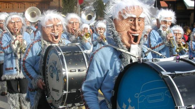 Persunas mascradas che sunan en ina musica da tschaiver.