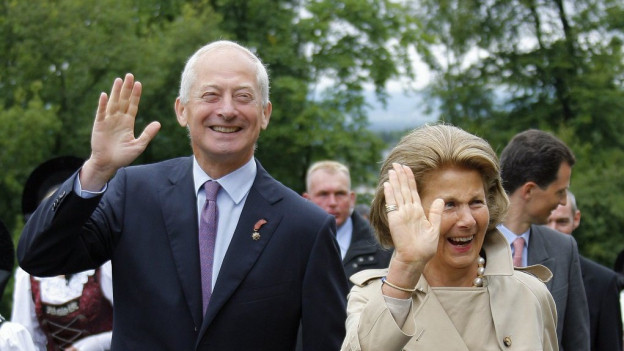 Hans-Adam II. e sia dunna Marie-Aglae.
