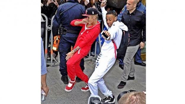 Il chantadur Justin bieber e Lil Za che portan in onesie.