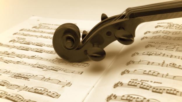 Ina violina sin in fegl da notas.