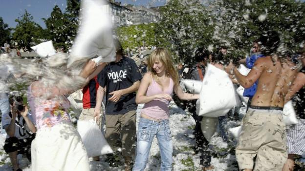 Giuvens e giuvnas che giaudan la battaglia da plimatschs a Losanna, l'onn 2006
