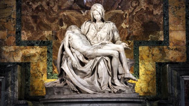 Statua da marmel en il dom da s. Peder a Roma: Maria tegn Jesus sin sia schanuglia.