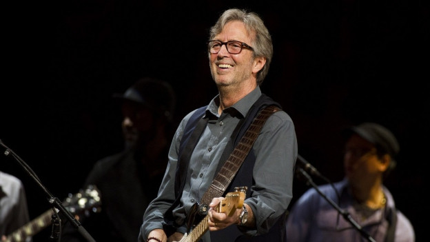 Purtret dad Eric Clapton durant in concert.