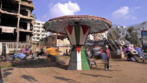 Uffants palestinais en il champ Shatila.