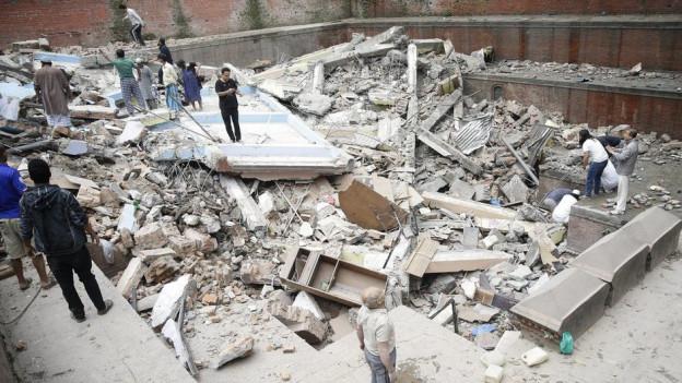 Ina chasa destruida dal terratrembel a Nepal.