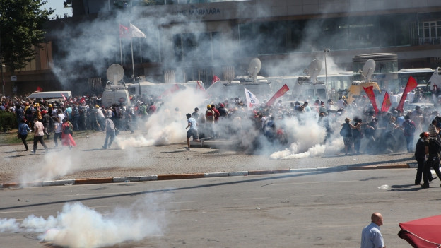 Gas lacrimogen che vegn duvrà cunter quels che fan cravals.