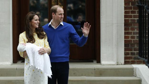 Kate e prinzi William cun lur novnaschida.