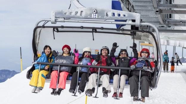 Turists chinais en las muntognas grischunas.