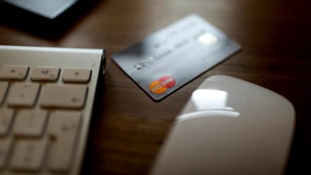 Carta da credit, mieur da computer e tastatura.