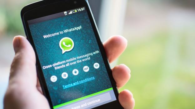 In telefonin cun avert l'app Whatsapp.