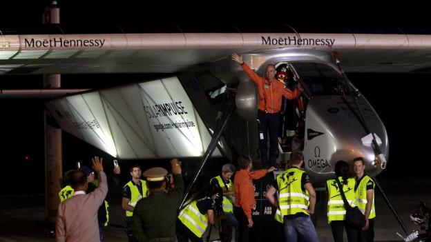 Il pilot Bertand Piccard dat adia a tuts avant che partir cun Solar Impulse.