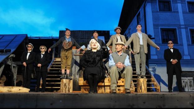 La gruppa da teater da Valendau, Versomi e Stussavgia durant in'emprova.