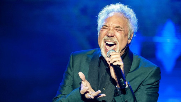 Purtret da Tom Jones durant in da ses concerts.