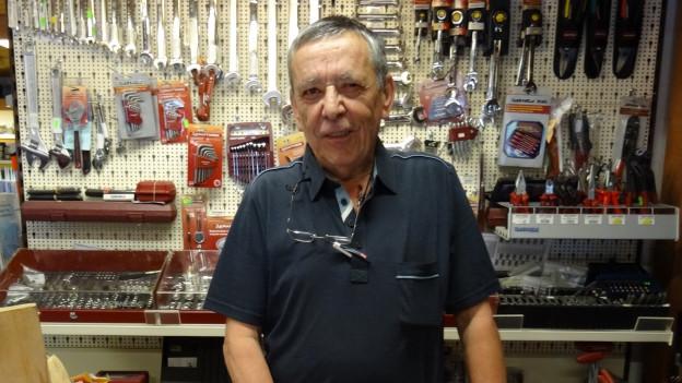 Giacun Giusep «Giacasep» Spescha en sia butia da ferramenta.