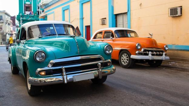 Dus tipics autos cubans sper via.