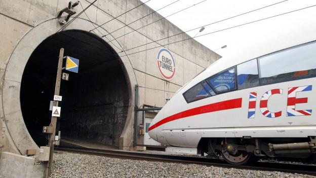 In tren ICE banduna il tunnel che colliescha la Gronda Britannia cun la Frantscha.