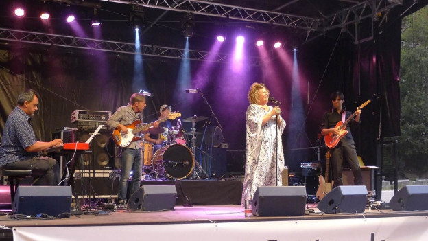 Linda Valori cun sia band.