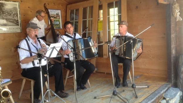 La Chapella Via Mala a l'inscunter da musica populara a Furgglis.