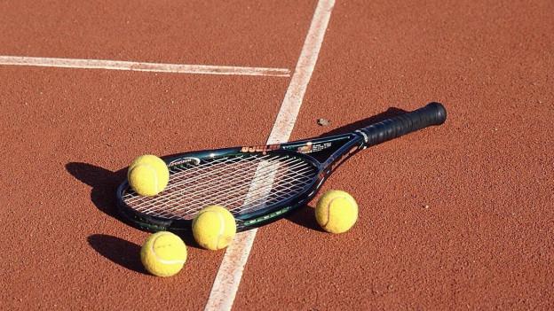 In rachet cun quatter ballas da tennis.