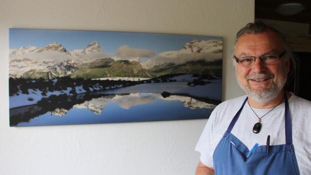 L'ustier e cuschinier Werner Vom Berg da l'hotel da muntogna Piz Platta sin l'Alp Flex.