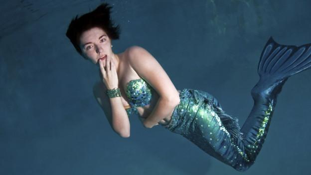 Ina dunna ch'ei vid sa nudar cun in vestgiu da mermaiding.