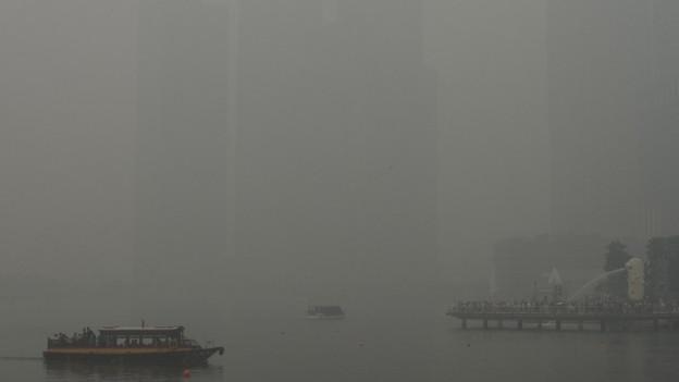 La cità da Singapur che è cuverta da smog.