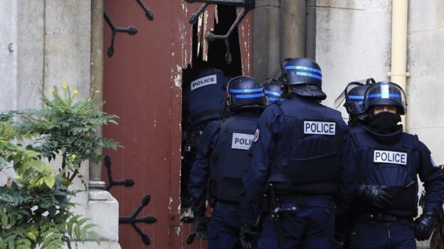 Policists franzos durant ina razzia.