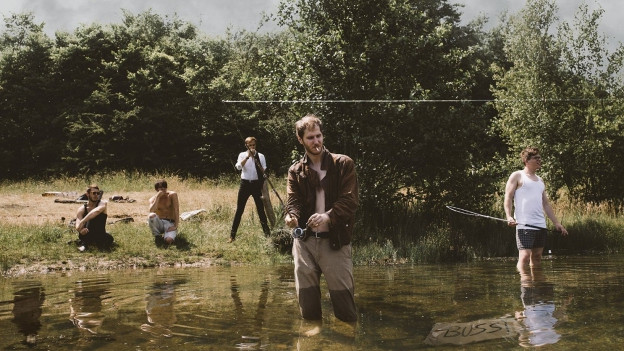 Ina gruppa da giuvens umend vid il pescar.