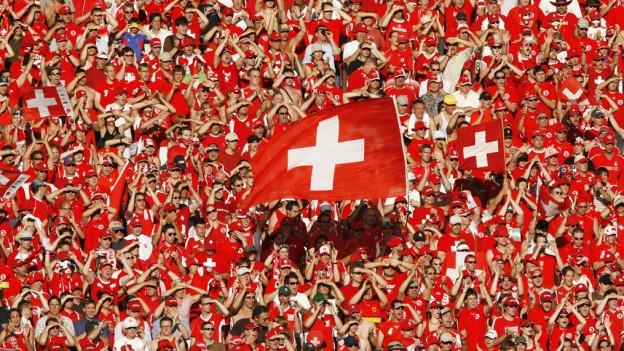 Blers fans cun bandieras da la Svizra.