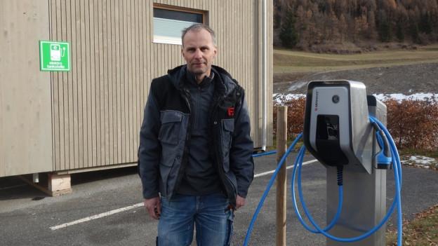 Sascha Pittet da la Uffer SA è l'expert dal nov tancadi electric a Savognin