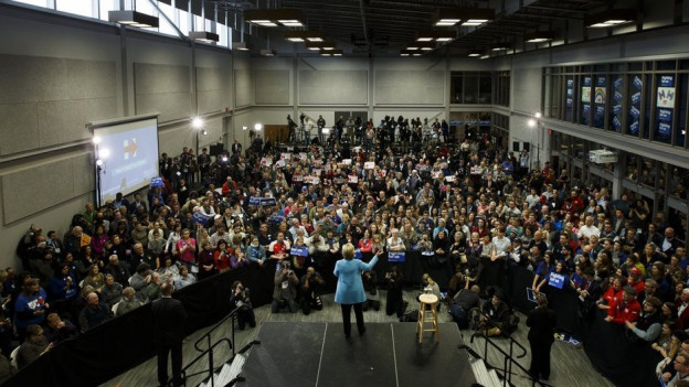Hillary Clinton discurra avant il pievel a New Hampshire