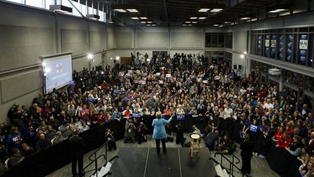 Hillary Clinton discurra avant il pievel a New Hampshire
