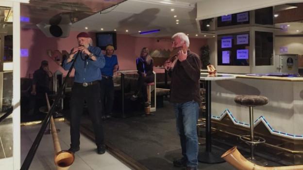 Werner Erb suna la tiba da carbon, ensemen cun David Wasescha che suna la flauta da Pan.