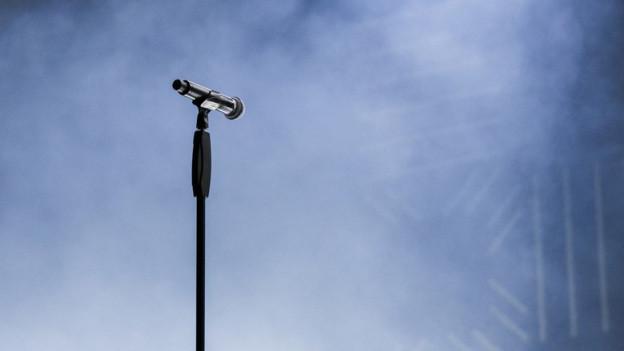 microfon sin ina tribuna