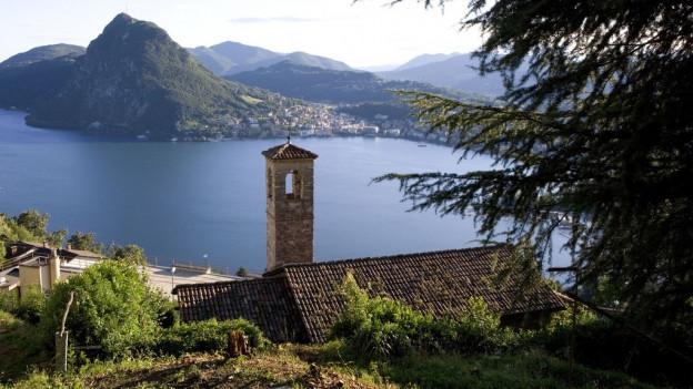 Panorama sin la baselgia Monte Bre, il lai da Lugano ed il Monte San Salvatore.