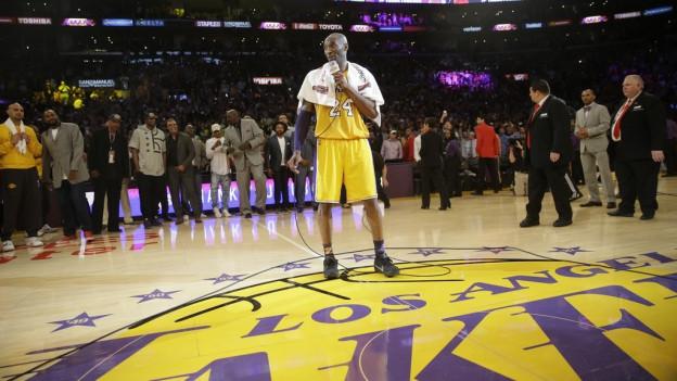 Kobe Bryant è amez la halla e di adia a ses fans