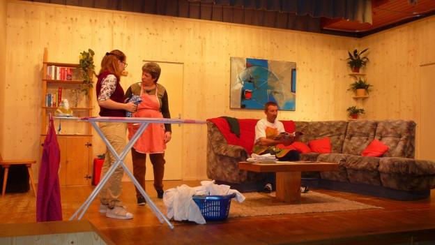 La gruppa da teater Medel durant in'emprova.