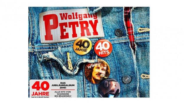 Giacca da jeans cun 2 plachettas, ina 40 onns ed ina 40 hits.