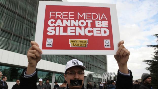 Ina demonstraziun en la Tirchia per la libertad da las medias